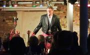 2016 Other Roads - On Tour - Andreas Hänssler Begrüßung im Kilt